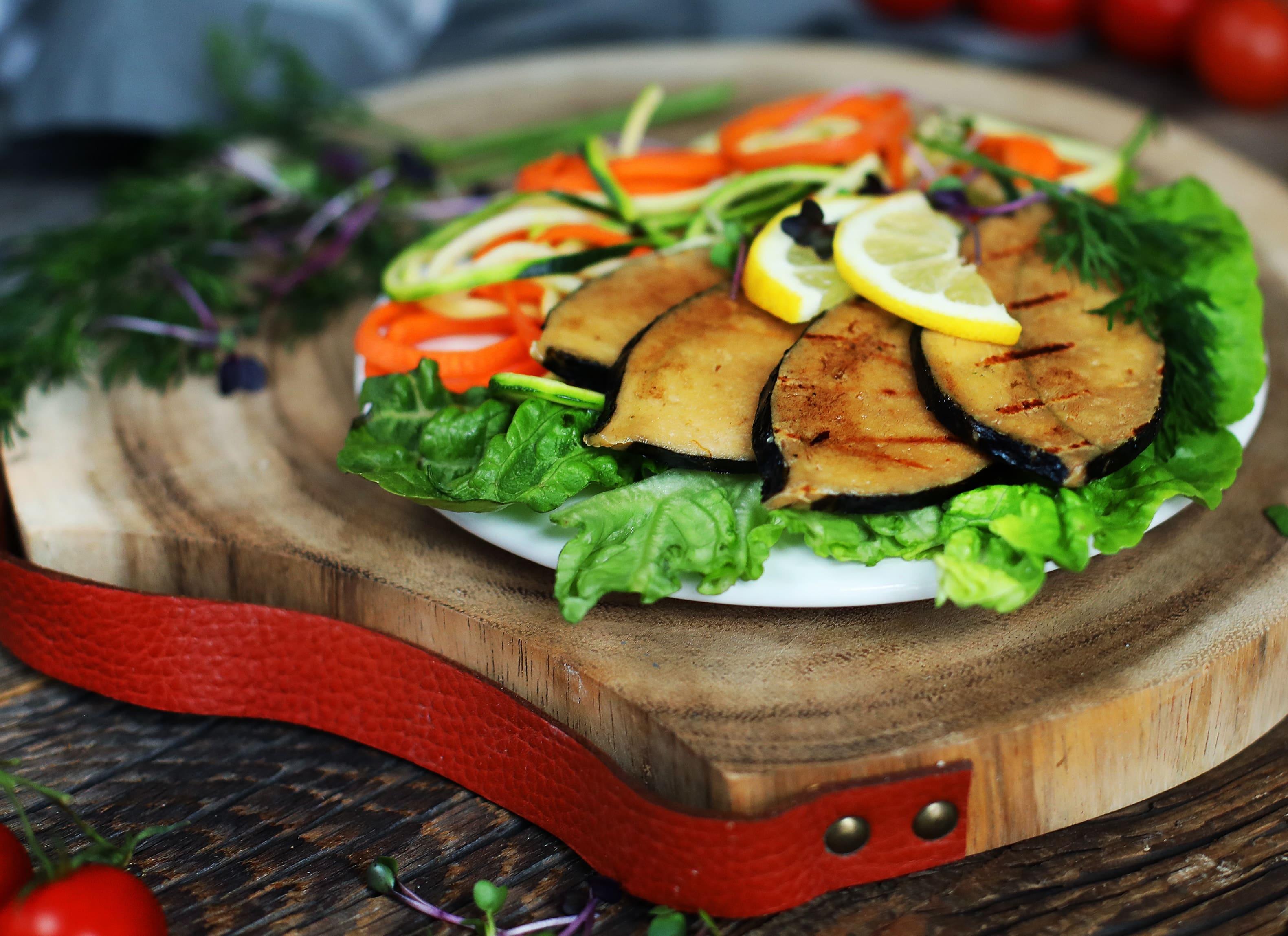 Wie Fischsteaks mit frischem Salat