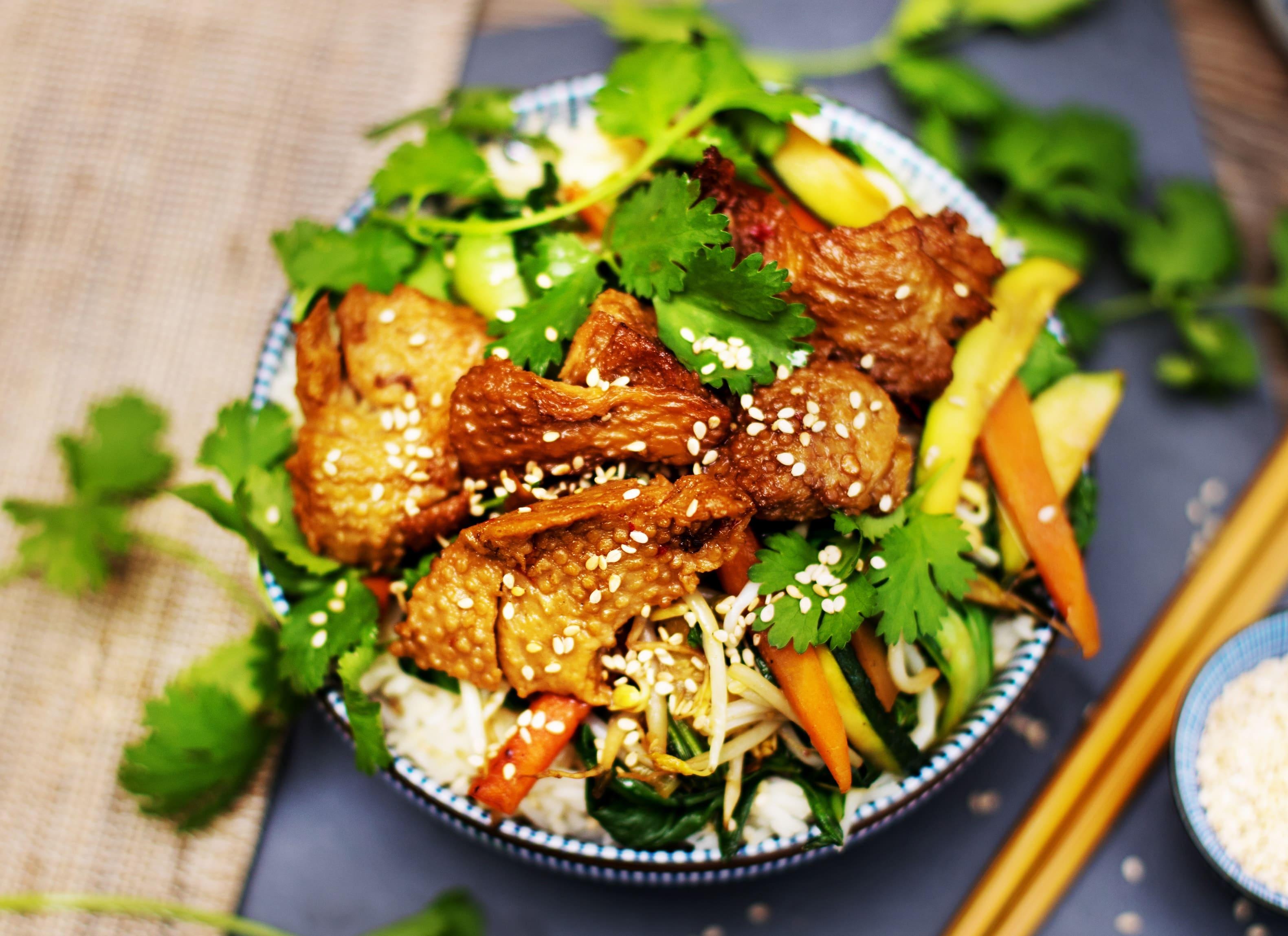 Gemüse-Bowl mit Mock Duck