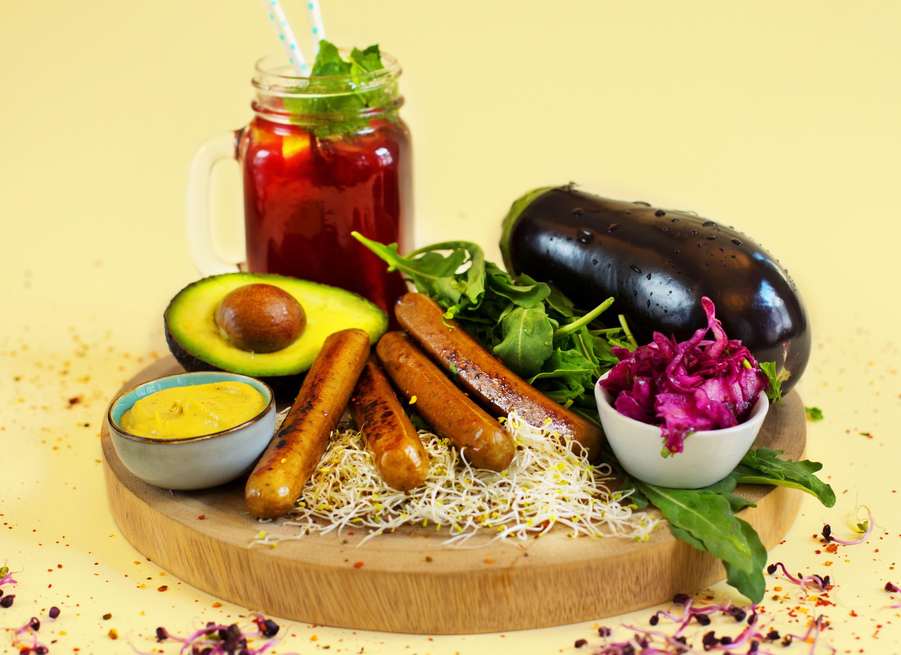Vegane Alternative zu Grillwürstchen mit Gemüse