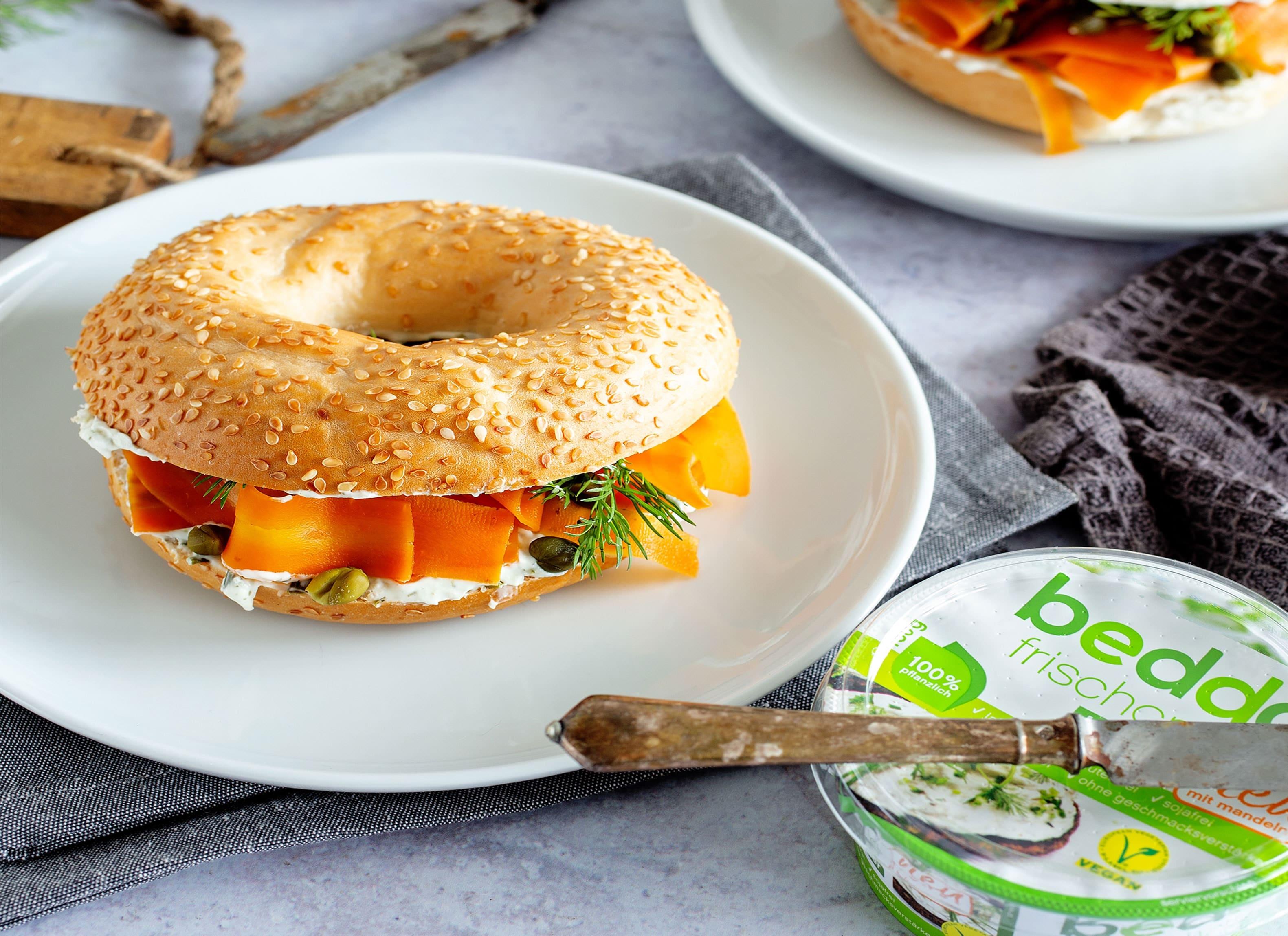 Bagel mit veganer Alternative zu Räucherlachs aus Karotten